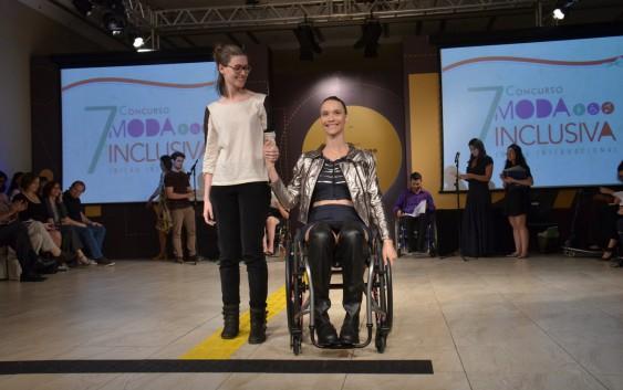 Ex-aluna da EACH conquista segundo lugar em concurso de moda inclusiva