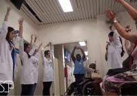 EACH desenvolve trabalho com idosos na sala de espera do Hospital Universitário