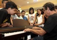 Professora da EACH recebe premiação por curso de  música para crianças
