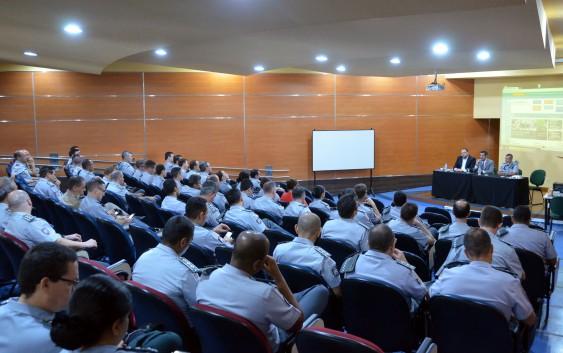 Oficiais da PM visitam a EACH e assistem à palestra sobre gestão pública