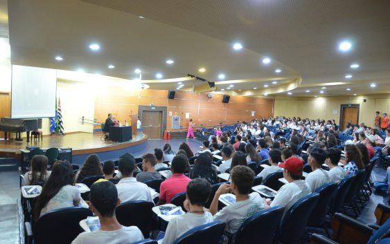 Visita monitorada traz 150 estudantes do ensino médio até a EACH