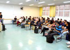 Alunos de Lazer e Turismo da EACH assistem a uma palestra sobre a carreira empreendedora de aluno egresso