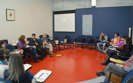 Professor Andrés Aguirre apresenta o Escritório de Saúde Mental em reunião na EACH