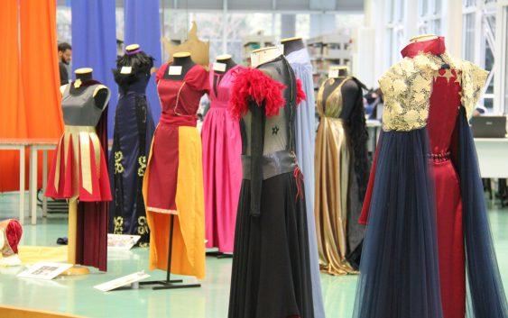 Biblioteca da EACH recebe exposição sobre trajes de divindades