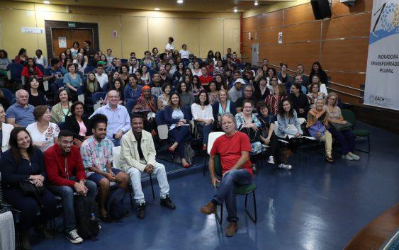Em visita à EACH, Mia Couto tem bate-papo descontraído com estudantes e fãs