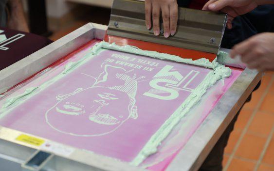 Curso de Têxtil e Moda inicia atividades com novo equipamento de serigrafia